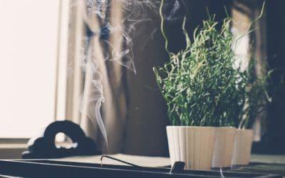 Wohnung ausräuchern: So reinigst du deine Wohnung energetisch