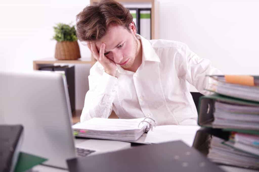 Kraftlosigkeit, Müdigkeit und Erschöpfung beim Lernen während des Studiums aufgrund von Leistungsdruck