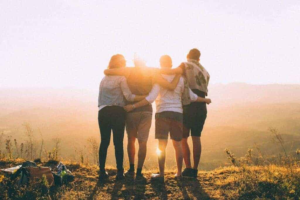 Freundschaften pflegen, um im Alter weniger allein zu sein