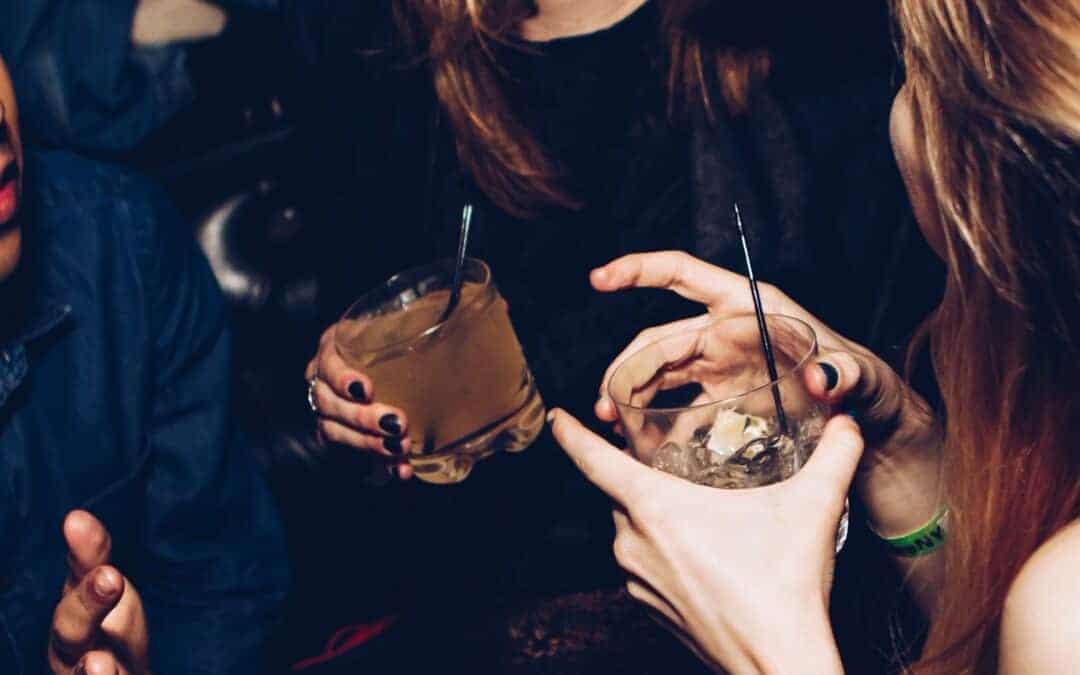 Wieso du zu viel Alkohol trinkst & wie es gelingen kann, weniger zu trinken