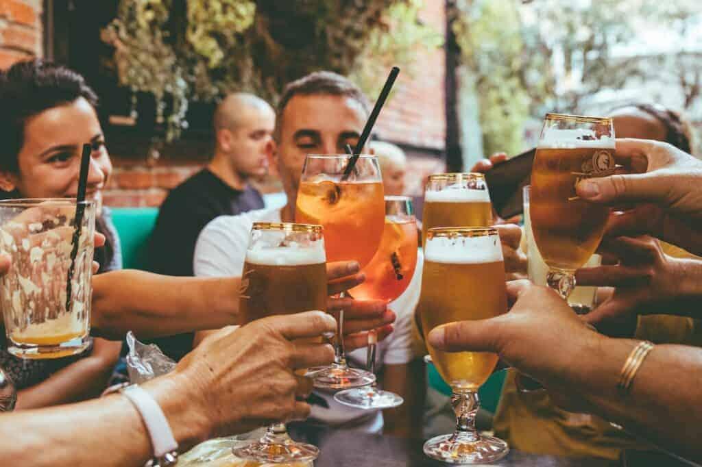 wohlfühlen ängste sorgen vermindern durch alkohol